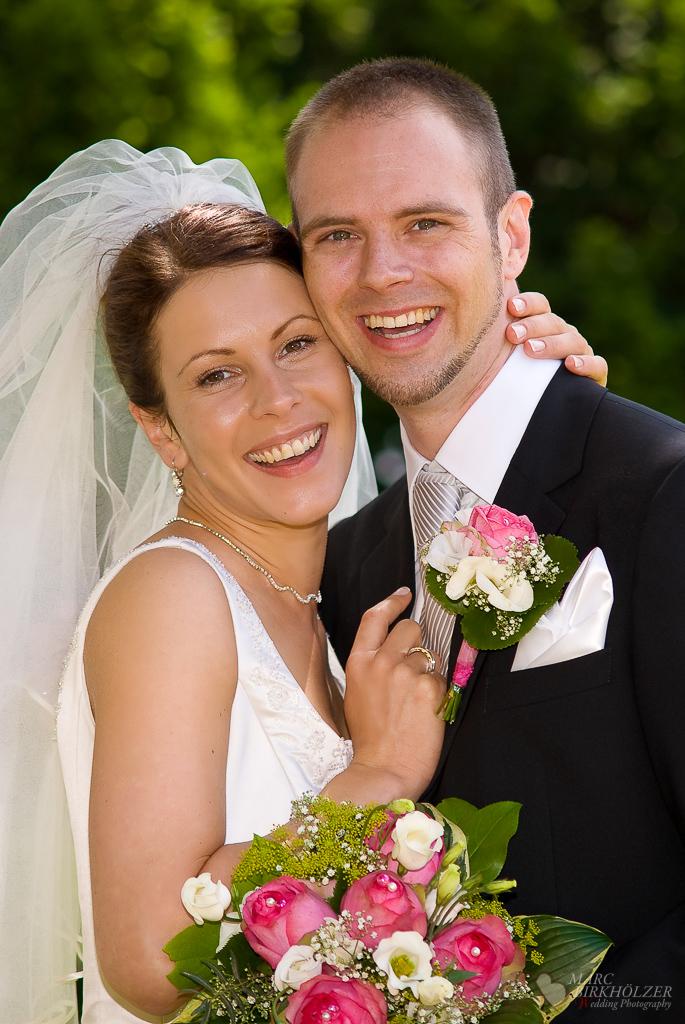 Braut und Bräutigam in ausgelassener Stimmung bei den Portraitaufnahmen am Standesamt Wilmersdorf fotografiert vom Hochzeitsfotograf Berlin Marc Birkhoelzer www.hochzeitsaufnahmen.com