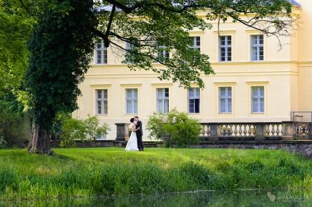 Hochzeitsfotoshooting während der Ganztagesreportage am Schloss Steinhöfel fotografiert vom Hochzeitsfotograf Berlin Marc Birkhoelzer www.hochzeitsaufnahmen.com