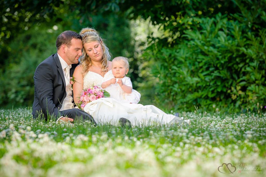 Ein Familienfoto auf der Wiese im Schlosspark auf der Schlossinsel Köpenick fotografiert vom professionellen Hochzeitsfotografen Berlin Marc Birkhoelzer www.hochzeitsaufnahmen.com