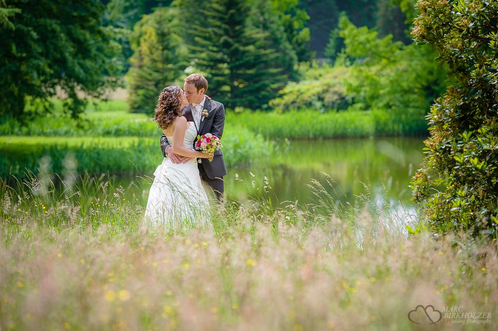 Das Hochzeitspaar bei den Hochzeitsaufnahmen im Schlosspark des Schloss Wiesenburg fotografiert vom Hochzeitsfotografen Berlin Marc Birkhoelzer www.hochzeitsaufnahmen.com