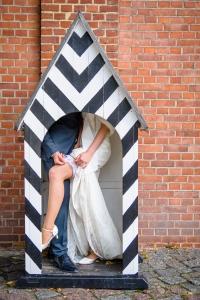 Das Strumpfband der Braut beim Photoshooting in Berlin Spandau fotografiert vom Hochzeitsfotograf Berlin Marc Birkhoelzer www.hochzeitsaufnahmen.com