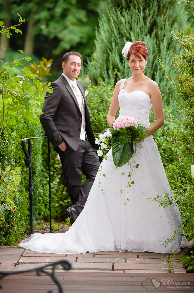 Die Braut mit einem wunderschönen Hochzeitskleid und dem Bräutigam im Hintergrund fotografiert im Lakeside Hotel Strausberg vom Hochzeitsfotograf Berlin Marc Birkhoelzer www.hochzeitsaufnahmen.com