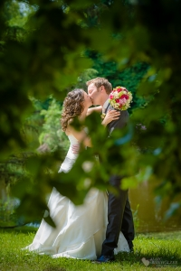 Brautpaar-Foto im Schloßgarten des Schloss Wiesenburg professionell fotografiert vom Hochzeitsfotografen Berlin Marc Birkhoelzer www.hochzeitsaufnahmen.com