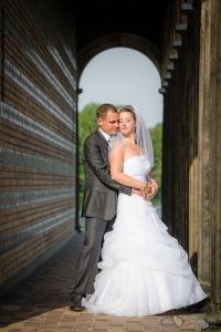 Romantische Brautpaarfotos im Säulengang der Heilandskirche am Port von Sacrow aufgenommen vom Hochzeitsfotograf Berlin Marc Birkhoelzer www.hochzeitsaufnahmen.com