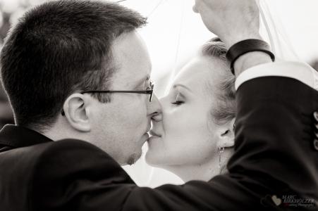 Portraitfotografie von einem tollen Hochzeitspaar unter dem Brautschleier durch den Hochzeitsfotografen Berlin Marc Birkhoelzer www.hochzeitsaufnahmen.com