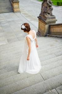 Die Braut auf der Treppe vor der Alten Nationalglaerie fotografiert durch den Hochzeitsfotograf Berlin Marc Birkhoelzer www.hochzeitsaufnahmen.com