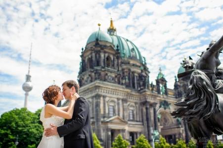 Hochzeitsfotos vor dem Berliner Dom und dem Alten Museum auf der Museumsinsel Berlin-Mitte aufgenommen durch den Hochzeitsfotograf Berlin Marc Birkhoelzer www.hochzeitsaufnahmen.com