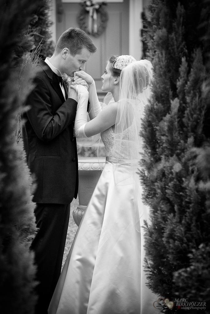 Ein Hochzeitskuss bei den Paaraufnahmen nach der freien Trauung fotografiert durch den Hochzeitsfotograf Berlin Marc Birkhoelzer www.hochzeitsaufnahmen.com
