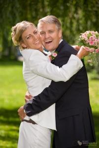 Lustige und ungezwungene Paaraufnahmen nach der Trauung im Standesamt Zehlendorf fotografiert durch den Hochzeitsfotograf Berlin Marc Birkhoelzer www.hochzeitsaufnahmen.com