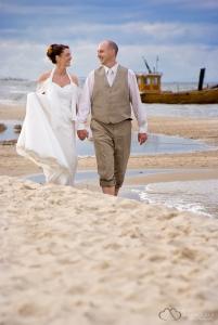 Strandfotos an der Ostsee mit dem Hochzeitspaar bei einer Ganztagesreportage fotografiert durch den Hochzeitsfotograf Berlin Marc Birkhoelzer www.hochzeitsaufnahmen.com