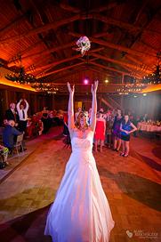 Brautstraußwurf oder das Brautstraußwerfen um Mitternacht auf der Hochzeitsfeier im Gut Klostermühle Alt Madlitz fotografiert vom Hochzeitsfotograf Berlin Marc Birkhoelzer www.hochzeitsaufnahmen.com