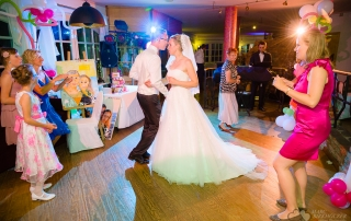 Brautpaar beim Tanzen im Landhaus Villago in Eggersdorf bei Strausberg fotografiert vom Hochzeitsfotograf Berlin Marc Birkhoelzer www.hochzeitsaufnahmen.com