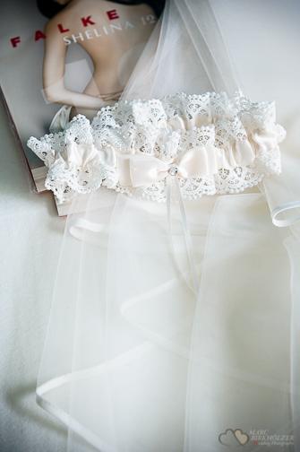 Das Strumpfband und der Brautschleier aufgenommen durch den Hochzeitsfotografen Berlin Marc Birkhoelzer www.hochzeitsaufnahmen.com