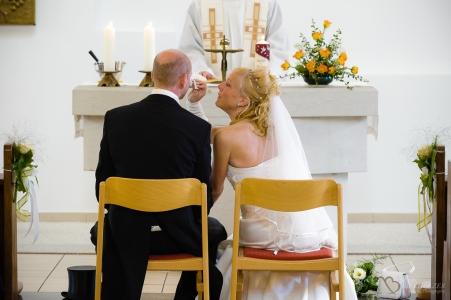 Braut wischt liebevoll die Tränen des Bräutigam ab fotografiert vom Hochzeitsfotograf Berlin Marc Birkhoelzer www.hochzeitsaufnahmen.com