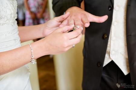 Ringübergabe bei der standesamtlichen Trauung in der Bibliothek im Schloß Steinhöfel fotografiert vom Hochzeitsfotograf Berlin Marc Birkhoelzer www.hochzeitsaufnahmen.com