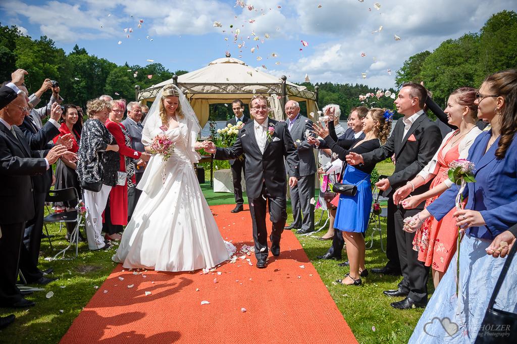 Blumenstreuen nach der Trauung im Gut Klostermühle in Alt Madlitz fotografiert vom Hochzeitsfotograf Berlin Marc Birkhoelzer www.hochzeitsaufnahmen.com