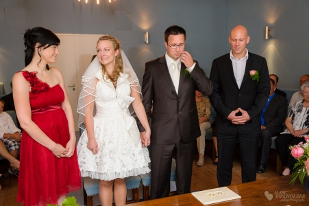 Momente eingefangen kurz vor der Trauung im Standesamt Potsdam fotografiert vom Hochzeitsfotograf Berlin Marc Birkhoelzer www.hochzeitsaufnahmen.com