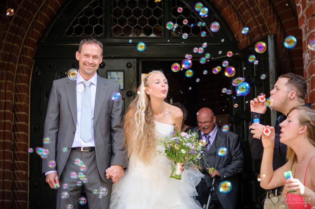 Seifenblasen zur Hochzeit am Standesamt Rathaus Köpenick fotografiert vom professionellen Hochzeitsfotograf Berlin Marc Birkhoelzer www.hochzeitsaufnahmen.com