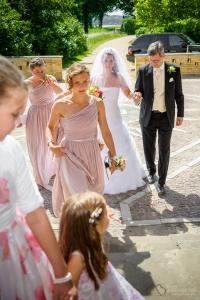 Die Braut mit Brautvater und Brautjungfern in der Heilandskirche am Port von Sacrow nahe Potsdam fotografiert vom Hochzeitsfotograf Berlin Marc Birkhoelzer www.hochzeitsaufnahmen.com