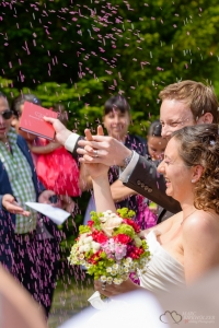 Freude nach der Trauung in der Orangerie im Schloss Wiesenburg fotografiert vom Hochzeitsfotograf Berlin Marc Birkhoelzer www.hochzeitsaufnahmen.com
