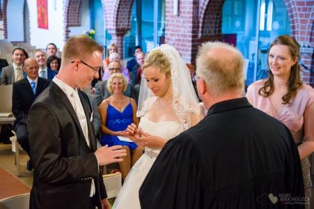 Hochzeitsreportage bei der Ringübergabe in der Christuskirche Berlin Oberschöneweide fotografiert vom Hochzeitsfotograf Berlin Marc Birkhoelzer www.hochzeitsaufnahmen.com