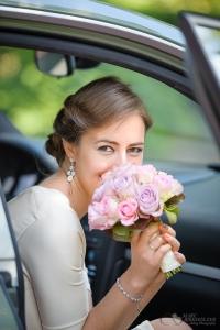 Braut beim Einsteigen in das Hochzeitsauto an der Villa Kogge Berlin Charlottenburg fotografiert vom Hochzeitsfotograf Berlin Marc Birkhoelzer www.hochzeitsaufnahmen.com