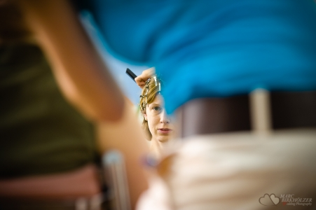 Hochzeitsvorbereitung beim beim Friseur in Berlin-Mitte fotografiert vom Hochzeitsfotograf Berlin Marc Birkhoelzer www.hochzeitsaufnahmen.com