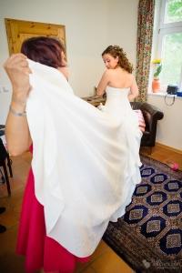 Hochzeitskleid der Braut im Landhaus Alte Schmiede fotografiert vom Hochzeitsfotograf Berlin Marc Birkhoelzer www.hochzeitsaufnahmen.com