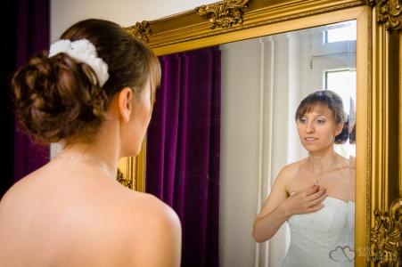 Braut im Spiegel für Ganztagesreportage im Standesamt Berlin Spandau fotografiert vom Hochzeitsfotograf Berlin Marc Birkhoelzer www.hochzeitsaufnahmen.com