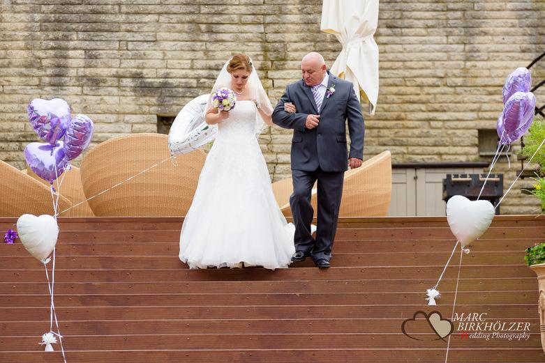 Der Brautvater führt seine Tocher zur Trauung im Panoramahotel Uckermark aufgenommen vom Berliner Hochzeitsfotografen Marc Birkhölzer - Hochzeitsfotograf Berlin www.hochzeitsaufnahmen.com