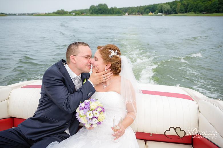 Nach der Trauung fuhr das Hochzeitspaar mit einem Boot des Panoramahotel Uckermark aufgenommen vom Berliner Hochzeitsfotografen Marc Birkhölzer - Hochzeitsfotograf Berlin www.hochzeitsaufnahmen.com