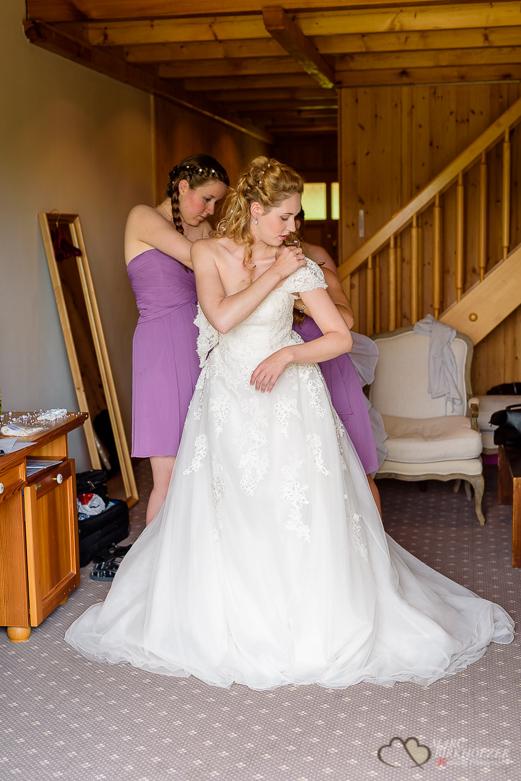 Anziehen des Hochzeitskleides