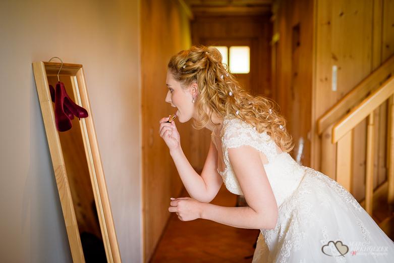 Schminke vor dem Spiegel