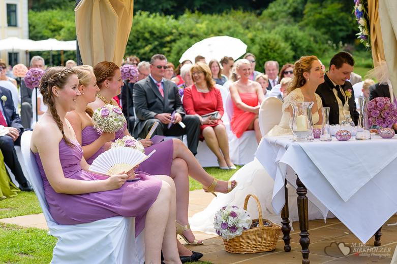 Die Gäste und das Hochzeitspaar