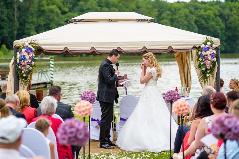 Vor Freude weinende Braut