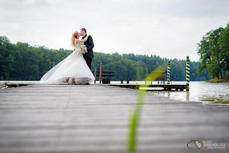 Brautpparportrait auf einem Steg Gut Klostermühle