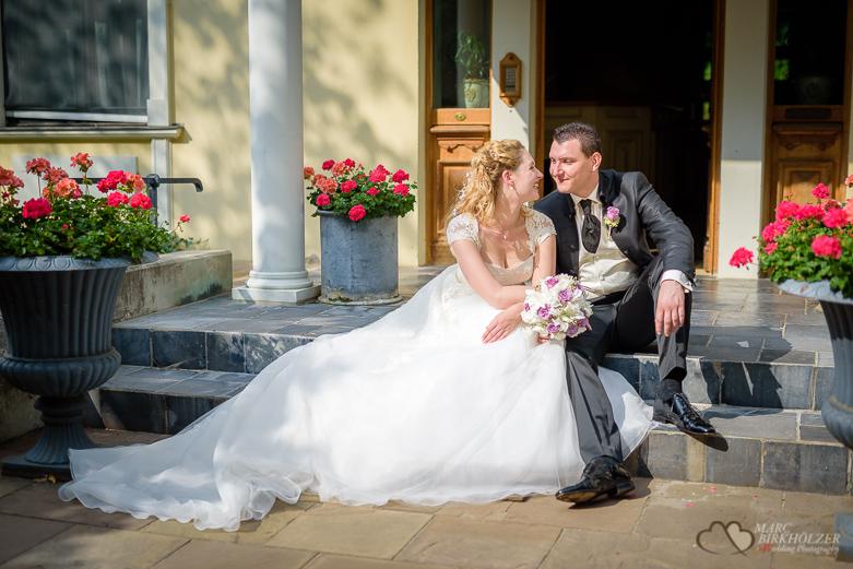 Brautpaarportrait auf einer Treppe
