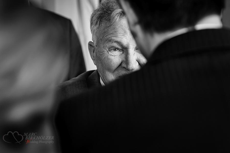 Der Grossvater schaut seinen Enkel während der Gratulation mit traenengerührten Augen an, fotografiert im Schloss Diedersdorf vom Hochzeitsfotograf Berlin Marc Birkhoelzer www.hochzeitsaufnahmen.com