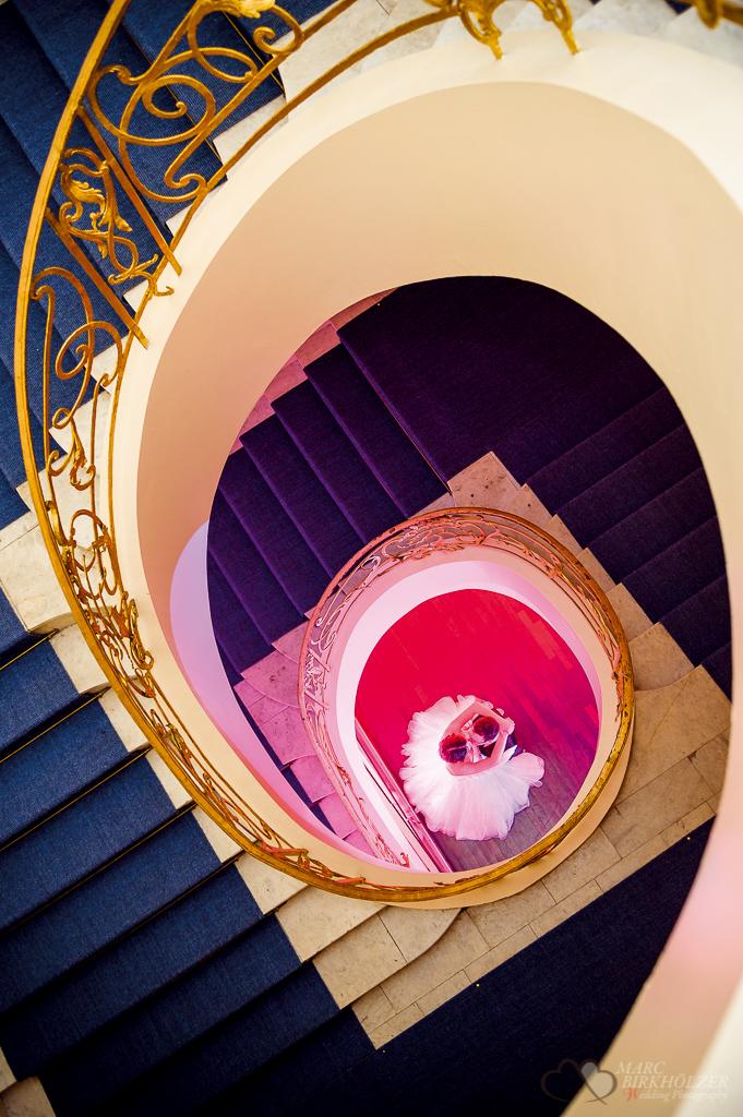 Das frisch vermählte Hochzeitspaar im Treppenhaus des Art'otel Berlin Mitte fotografiert vom Hochzeitsfotograf Berlin Marc Birkhoelzer www.hochzeitsaufnahmen.com