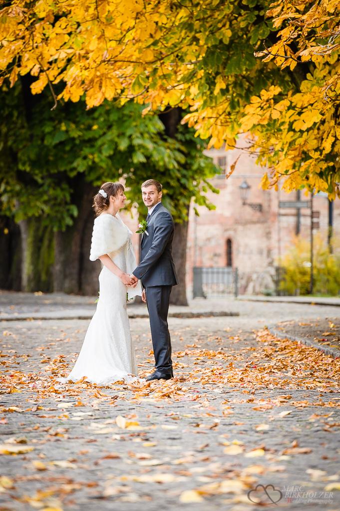 Braut und Bräutigam im herbstlichen Laub in Berlin Spandau fotografiert vom Hochzeitsfotograf Berlin Marc Birkhoelzer www.hochzeitsaufnahmen.com