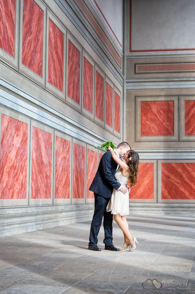 Hochzeitsportraits während der Ganztagesreportage aufgenommen am Alten Museum Berlin-Mitte vom Hochzeitsfotograf Berlin Marc Birkhoelzer www.hochzeitsaufnahmen.com