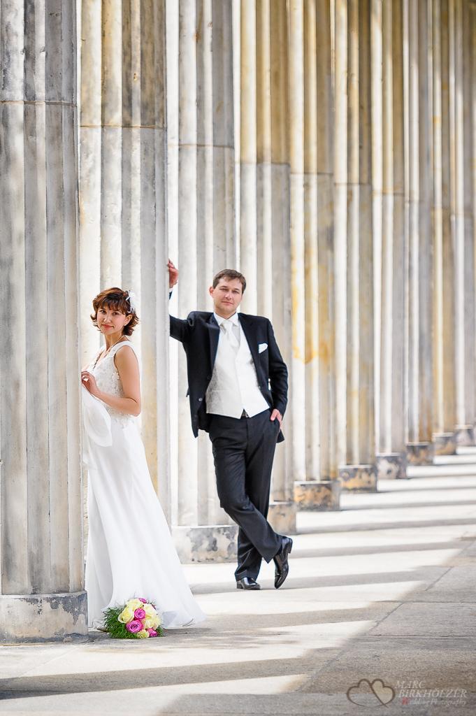 Professionell gestellte Hochzeitsfotos durch den Hochzeitsfotografen Berlin Marc Birkhoelzer www.hochzeitsaufnahmen.com an der Alten Nationalgalerie Berlin Mitte