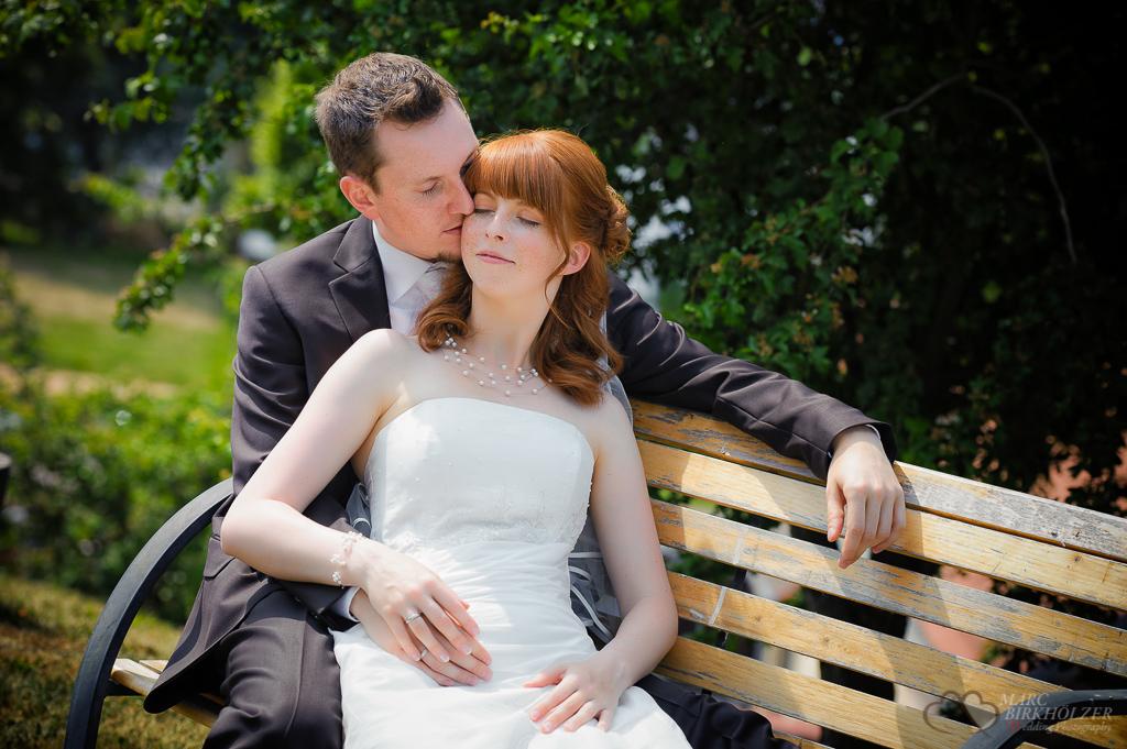 Die Braut liegt verträumt im Arm des Bräutigam aufgenommen durch den Hochzeitsfotografen Berlin Marc Birkhoelzer www.hochzeitsaufnahmen.com