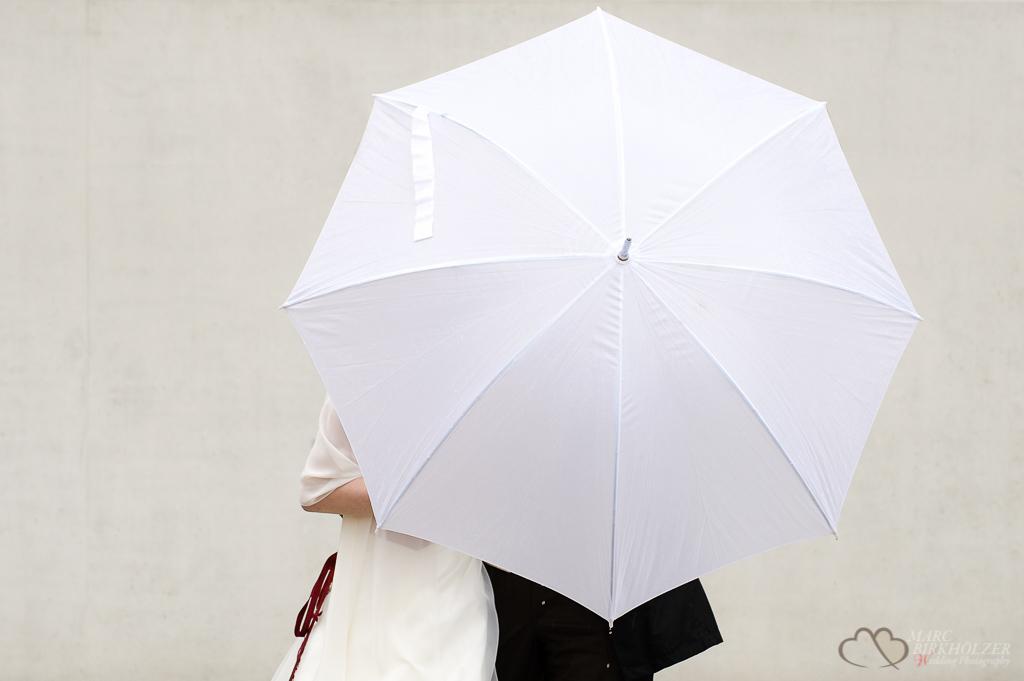 Ein Foto des Hochzeitspaares mit ihrem Regenschirm während des Portraitshootings aufgenommendurch den Hochzeitsfotografen Berlin Marc Birkhoelzer www.hochzeitsaufnahmen.com