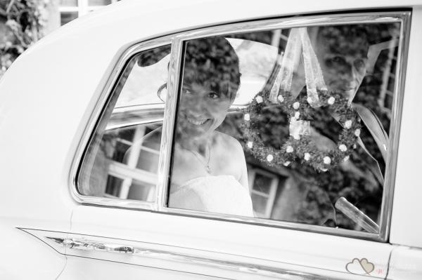 Braut im Hochzeitsauto vor dem Standesamt Berlin Spandau fotografiert vom Hochzeitsfotograf Berlin Marc Birkhoelzer www.hochzeitsaufnahmen.com