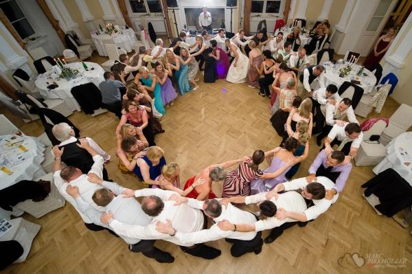 Partystimmung bei einer Ganztages-Hochzeitsbegleitung im Festsaal des Schloss Boitzenburg fotografiert vom Hochzeitsfotograf Berlin Marc Birkhoelzer www.hochzeitsaufnahmen.com
