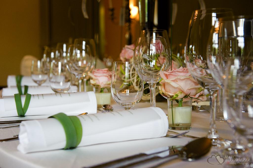 Die liebevoll anrrangierte Tischdeko bei einer Hochzeitsfeier im Schloss Kartzow bei Potsdam fotografiert vom Hochzeitsfotograf Berlin Marc Birkhoelzer www.hochzeitsaufnahmen.com