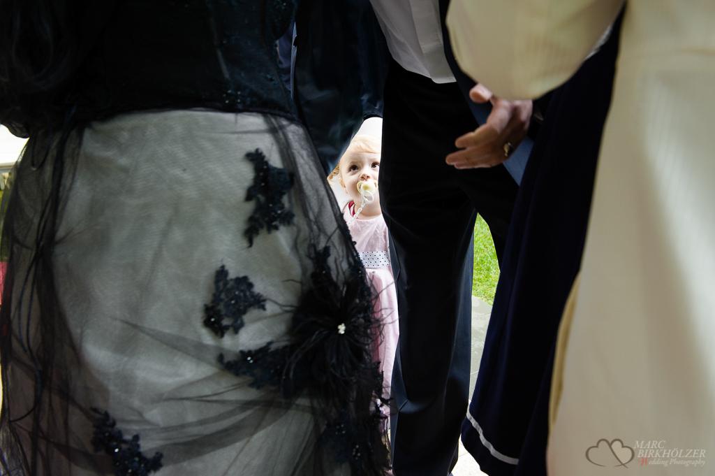 Der Hochzeitsfotograf Berlin Marc Birkhoelzer sieht die vergänglichen Momente bei der standesamtlichen Hochzeit im Gothic-Style im Lakeside Hotel Strausberg www.hochzeitsaufnahmen.com