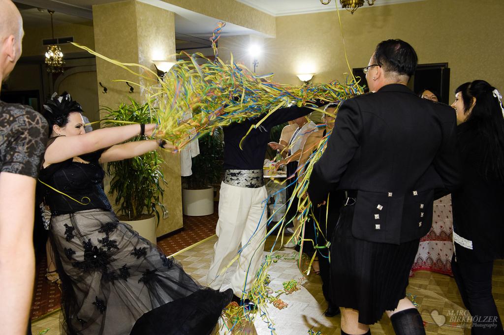 Bei einer außergewöhnlich tollen Hochzeit im Gothic-Style wird ausgelassen im Burghotel Lakeside Strausberg gefeiert und vom Hochzeitsfotograf Berlin Marc Birkhoelzer www.hochzeitsaufnahmen.com fotografiert