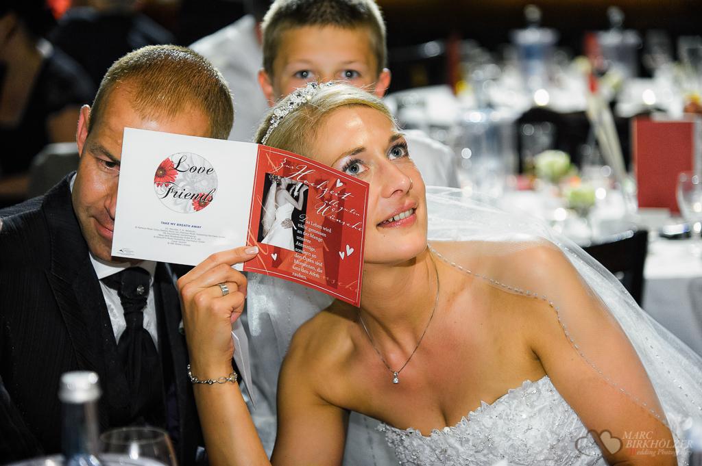 Das Hochzeitspaar hört sich Musik in einer der Glückwunschkarten an in Berlin Köpenick in der Location Freiheit 15 fotografiert vom Hochzeitsfotograf Berlin Marc Birkhoelzer www.hochzeitsaufnahmen.com